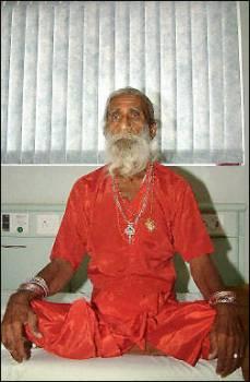 Un Indio asegura llevar 74 años sin comer ni beber ¿un fraude?