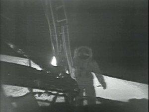 Buzz Aldrin descendiendo a la Luna