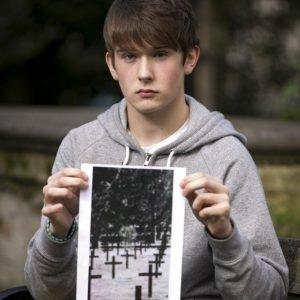 Un chico fotografía a un fantasma en un cementerio de la I Guerra Mundial… o tal vez no