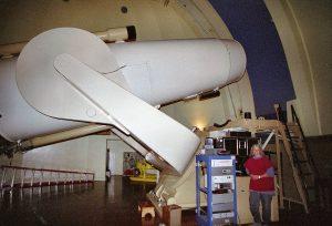 La Astrónoma Jean Mueller posando con el telescopio Samuel Oschin Schmidt Camera en 1994