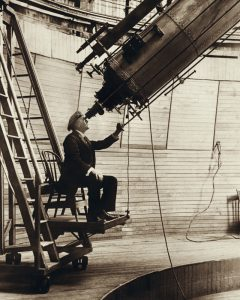 Percival Lowell Observing Venus From The Lowell Observatory In 1914 240x300, Planeta Incógnito
