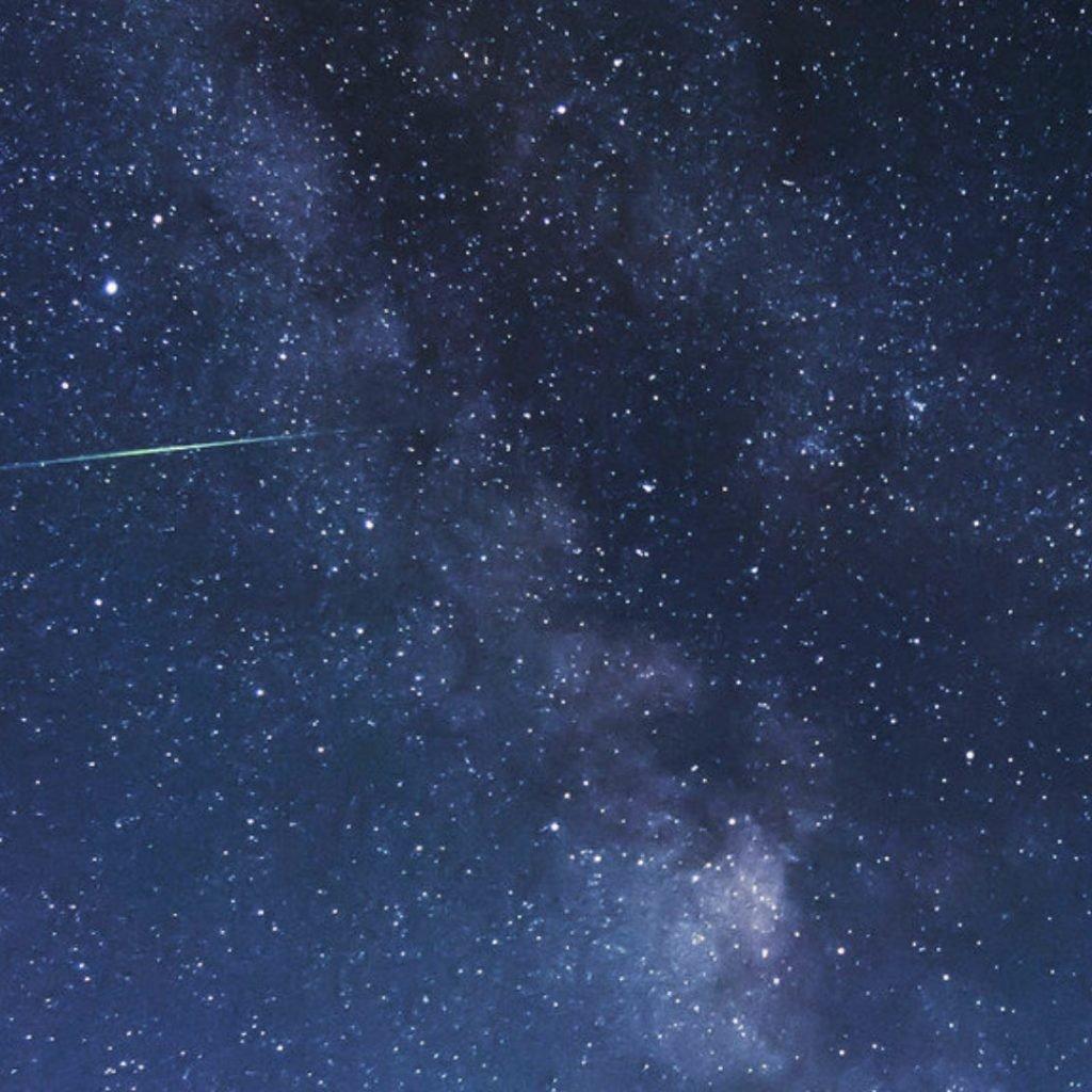Imagen de recuso de una lluvia de estrellas.