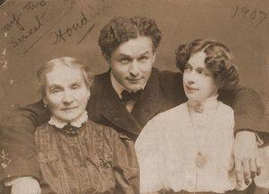 Houdini con su madre y Esposa