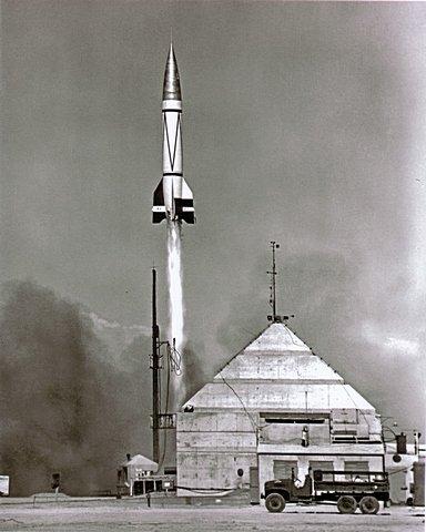 Lanzamiento del Simio Albert II por Estados Unidos, a bordo de un V2 alemán, los mismos cohetes que sembraron el pánico en Inglaterra durante el Tercer Reich