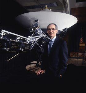 Edward C. STone, junto a un modelo a escala de la Voyager