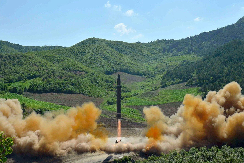 sta foto de archivo del 4 de julio de 2017, distribuida por el gobierno de Corea del Norte, muestra lo que se dijo fue el lanzamiento de un misil balístico intercontinental Hwasong-14 (ICBM) en el noroeste de Corea del Norte. Corea del Norte lanzó otro ICBM el 28 de noviembre de 2017, mostrando la aparente capacidad de golpear la costa este de los Estados Unidos. Crédito: Agencia Central de Noticias de Corea / Korea News Service / AP, archivo