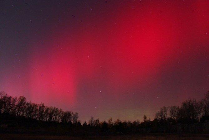 Aurora roja captada por Tobias Billings el 24 de Octubre de 2011 y publicadas en la web de la Nasa https://www.nasa.gov/mission_pages/sunearth/news/News102511-aurora.html Lugar Independence, Missouri