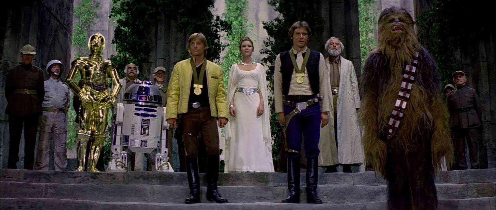 La entrega de medallas en la escena final del Episodio IV. Tal vez los gruñidos fueran una queja de Chewbacca por no recibir el mérito como Sagan decía y nadie se enteró