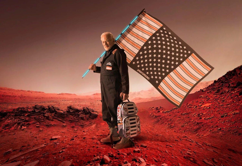Aldrín posando a sus 87 años junto a una mochila de la línea Misión a Marte creada por SprayGround