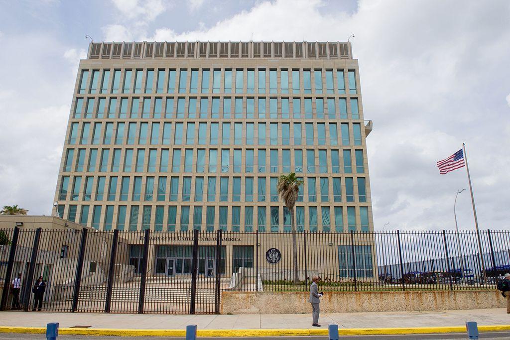 """Embajada estadounidense en la Habana. Diseñada por el estudio neoyorquino Harrison & Abramovitz,. es un edificio largo y de seis pisos, terminado en 1953. Los jardines fueron diseñados por el arquitecto paisajista californiano Thomas Dolliver Church . El contratista del edificio fue Jaime Alberto Mitrani, PE, también profesor de ingeniería civil en la Universidad de La Habana. El emplazamiento permaneció abandonado por Estados Unidos desde la ruptura de relaciones diplomáticas del año 1961 hasta su apertura en 1977 para la """"sección de intereses"""". En 1963, el primer ministro de Cuba, Fidel Castro, ordenó la confiscación del complejo. pero nunca se llevo a cabo."""