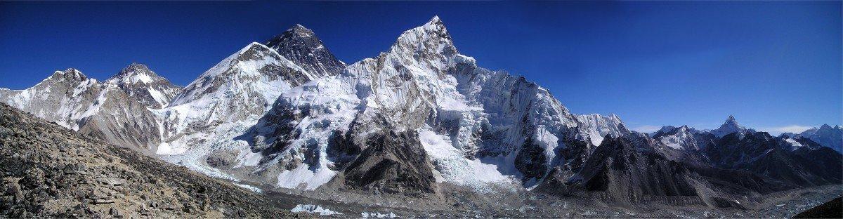 Monte Everest, Himalaya junto Nuptse, Lhoptse y Sagarmatha entre otras montañas de la cordillera.