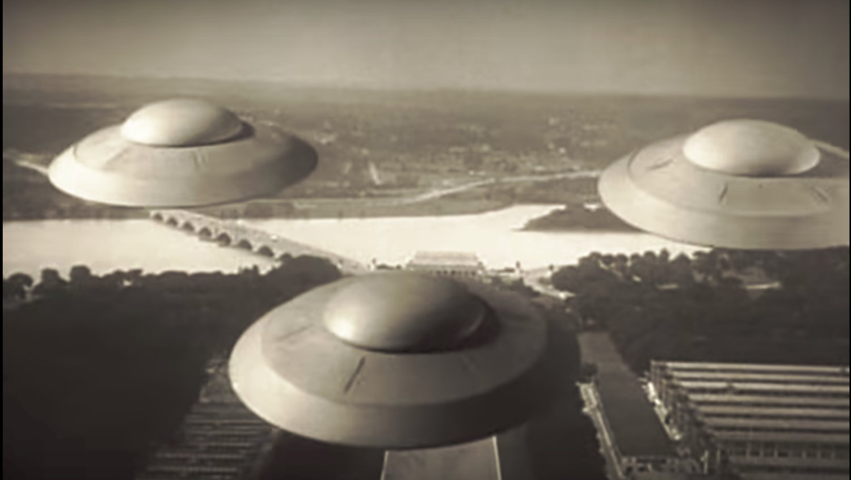 """<strong>¿Tiene Estados Unidos vestigios de objetos voladores extraterrestres?</strong> Fotograma de la película """"La Tierra contra los platillos volantes (1956)""""."""