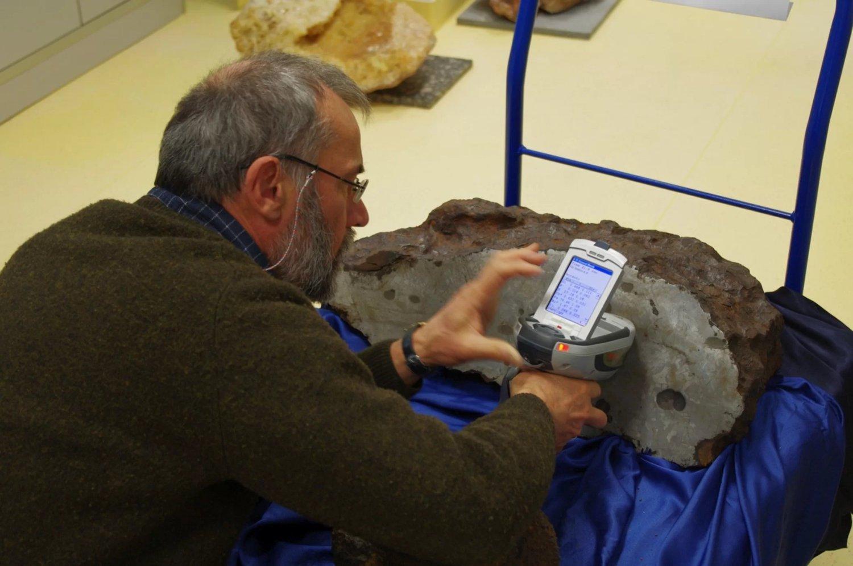 El analizador portátil puede detectar la composición química de los objetos mediante un escaneo no destructivo con rayos X. Crédito: Albert Jambon