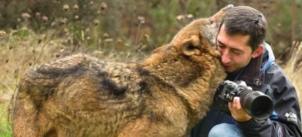 Ramón Carretero y un lobo