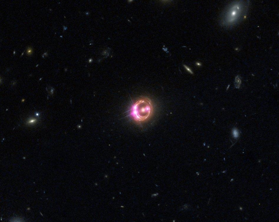 Imagen combinada del quasar RX J1131 (centro) tomada a través del Observatorio de rayos X Chandra de la NASA y el Telescopio Espacial Hubble. D