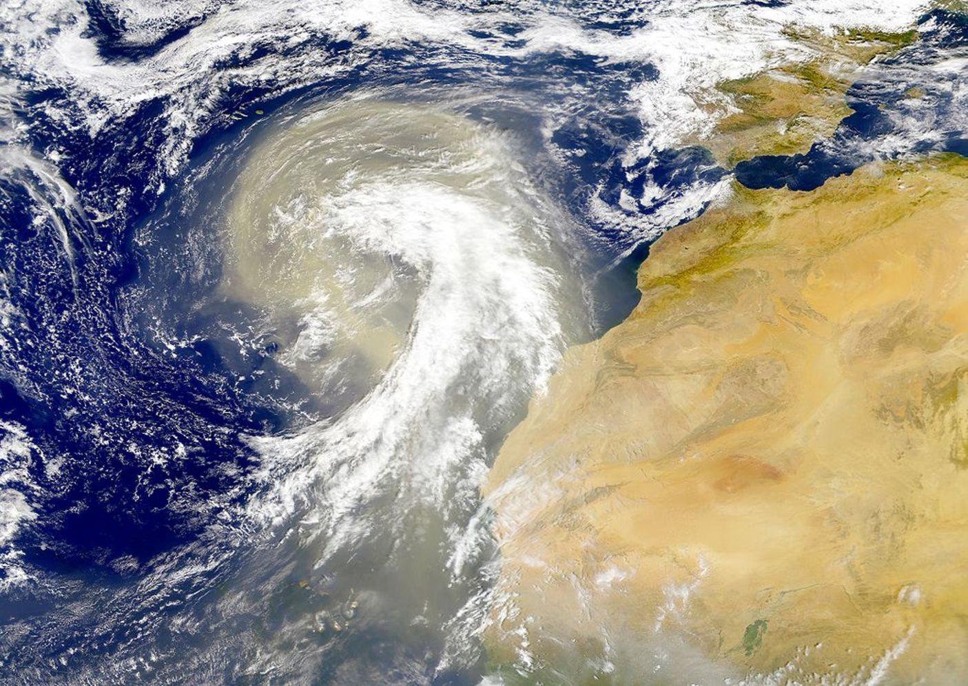 Las bacterias y los virus se depositan de regreso a la Tierra a través del polvo sahariano. NASA