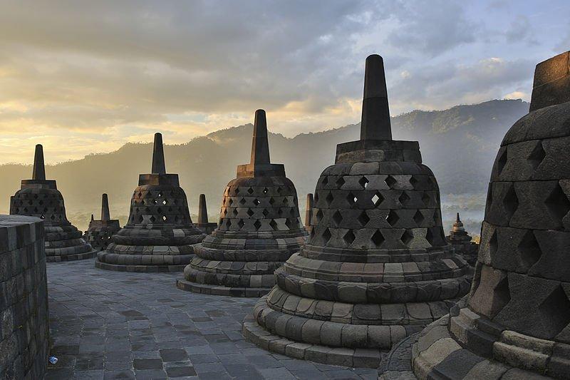 4x21 Los Enigmas Desconocidos de la Isla de Java 1