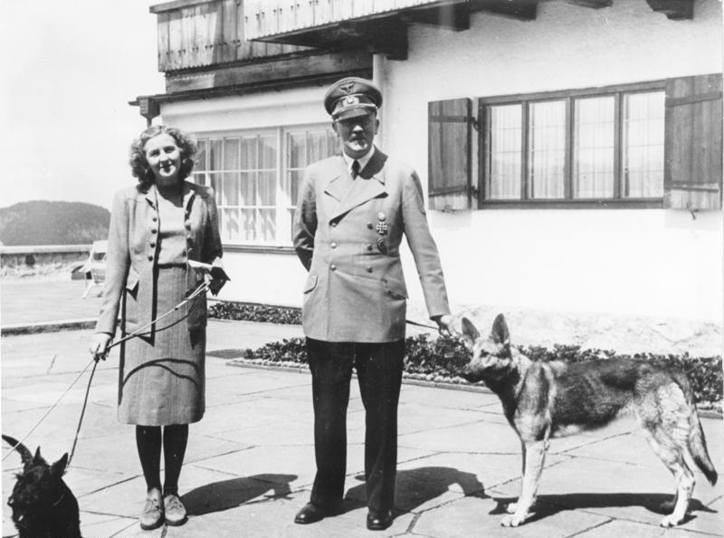 Adolf Hitler y Eva Braun con sus perros