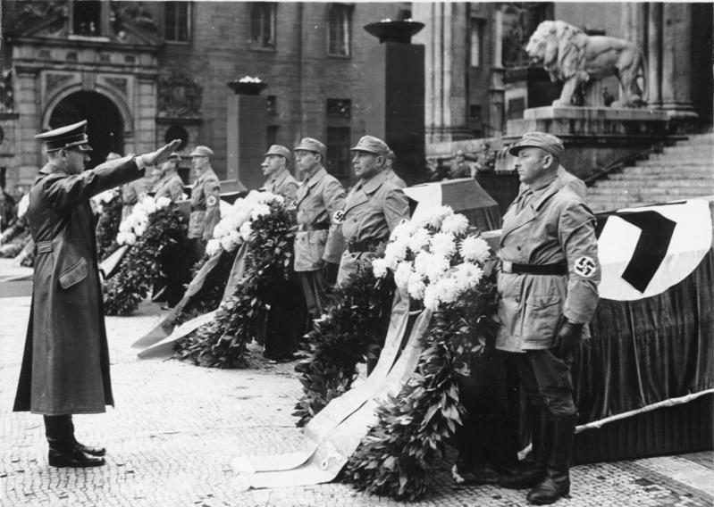 Bundesarchiv Bild 183 E12359 München Adolf Hitler Vor Feldherrenhalle 1, Planeta Incógnito