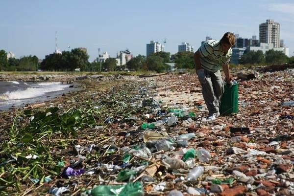 Crean Una Enzima En Laboratorio Por Azar Que Se Come Las Botellas De Plastico, Planeta Incógnito