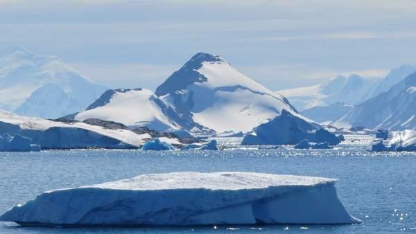Hallan montañas y cañones bajo el hielo de la Antártida