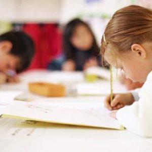 Los niños superan a las niñas solo en matemáticas en los distritos blancos y ricos según un estudio de Stanford