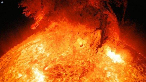 La Espectacular Imagen De Una Erupcion Solar Con La Tierra De Fondo, Planeta Incógnito