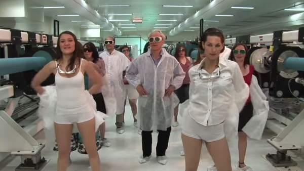 Críticas al nuevo Nobel de Física por un vídeo en el que protagoniza un baile sensual con estudiantes 1