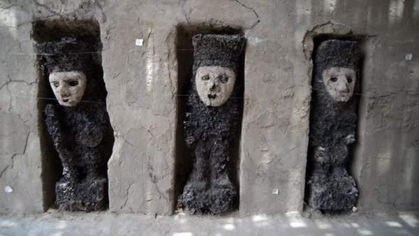 Estatuillas en la ciudadela preincaica de Chan Chan, Perú