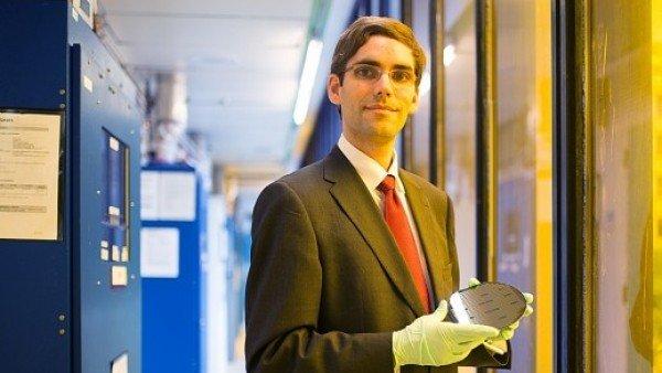 El investigador Tomás Palacios, director de la investigación para convertir WiFi en electricidad