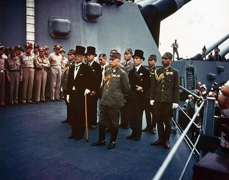 Representantes japoneses a bordo del USS Missouri en la Rendición del Japón el 2 de septiembre de 1945. Wikimedia