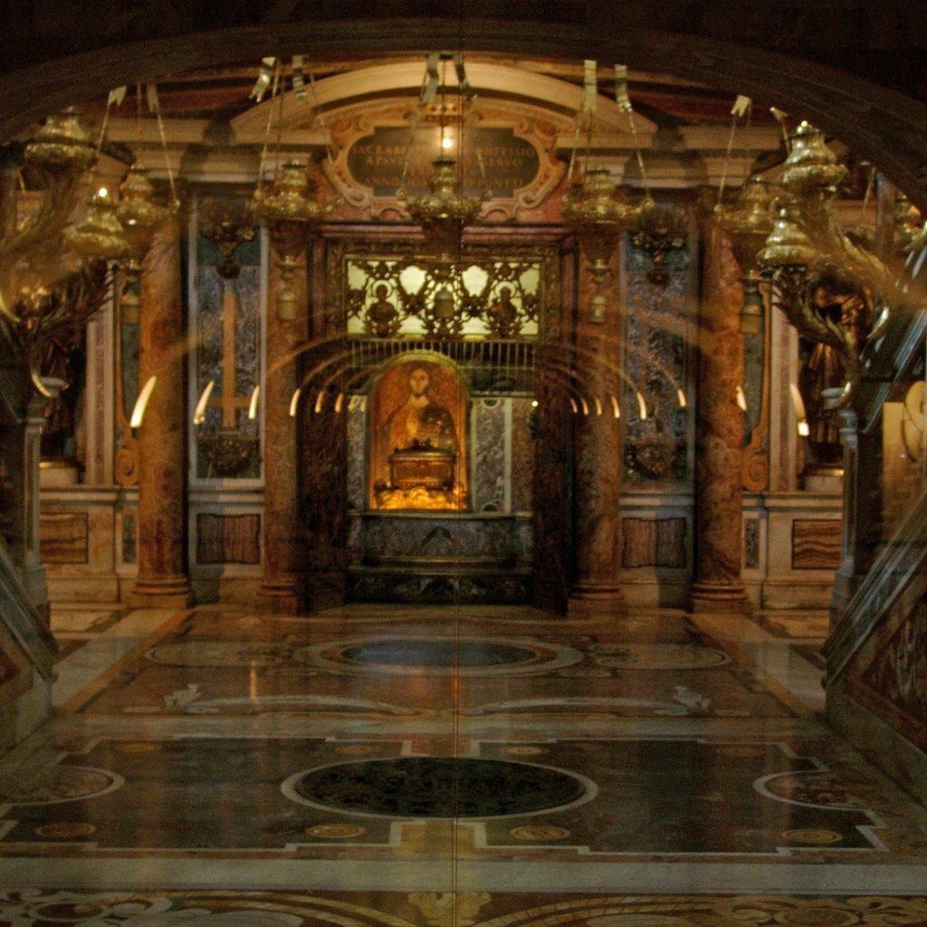 Tumba de San Pedro en las grutas vaticanas. Créditos Wikimedia.