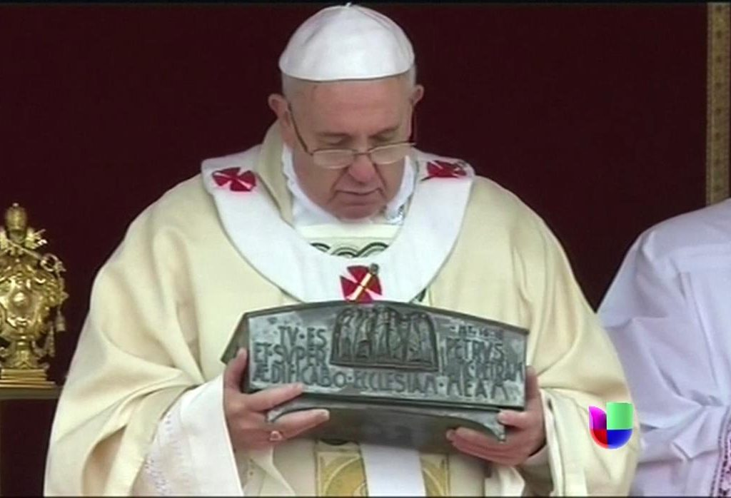 El Papa con el relicario que contiene las 9 reliquias de San Pedro mostradas en 2019