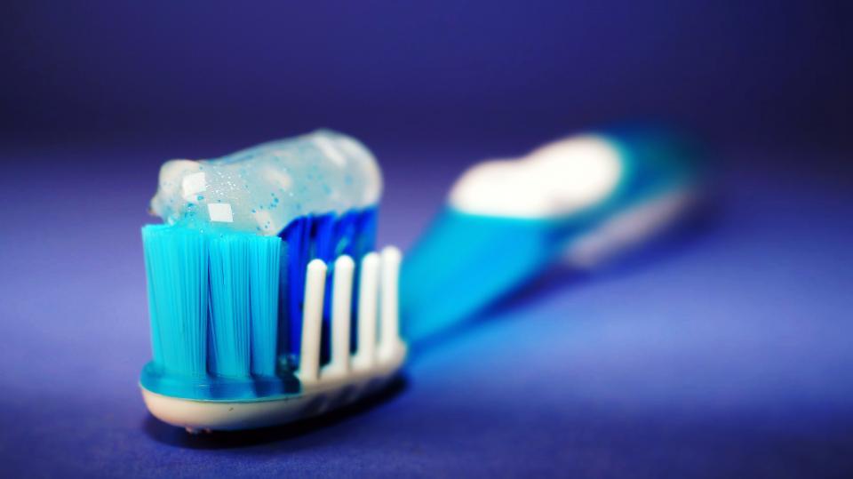 Cepillo de Dientes en la imagen.  Cepillarse los diente podría ayudar a reducir la transmisión del Virus causante de la Covid-19